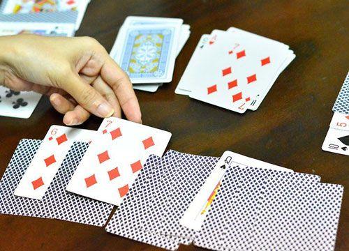 یک کارت بازی بینگو چگونه یک کارت بینگو بازی کنیم